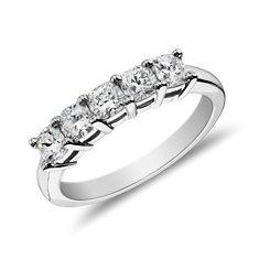 Anillo clásico de cinco diamantes de talla cojín en platino (1 qt. total)