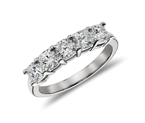 Bague à cinq diamants taille coussin classique en platine (1,50carats, poids total)