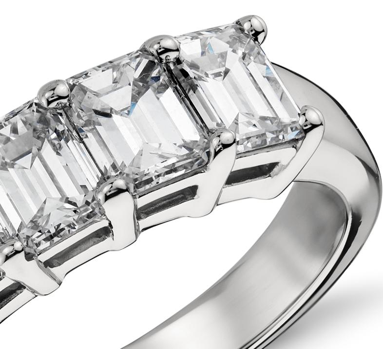 Bague à cinq diamants taille émeraude classique en platine (2carats, poids total)