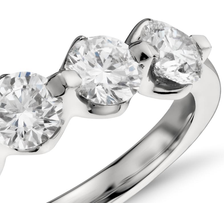 Anillo de diamantes montados al aire de cinco piedras en platino (1,5 qt. total)