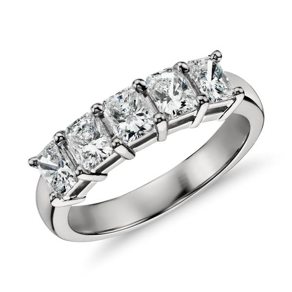 Anillo clásico de cinco diamantes de talla esmeralda en platino (1 qt. total)