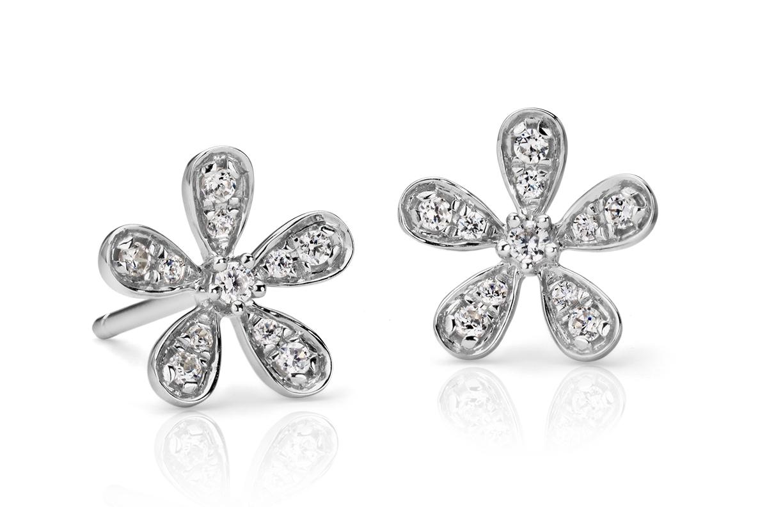 Aretes con flor de diamantes en oro blanco de 14k (1/10 qt. total)