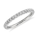 Anillo con pavé francés de diamantes en platino (1/4 qt. total)