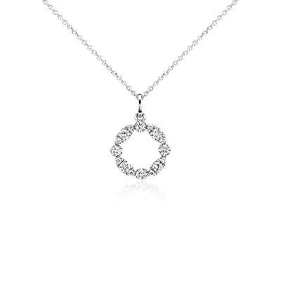 Colgante con diamante circular y forma de guirnalda en oro blanco de 14k (1/4 qt. total)