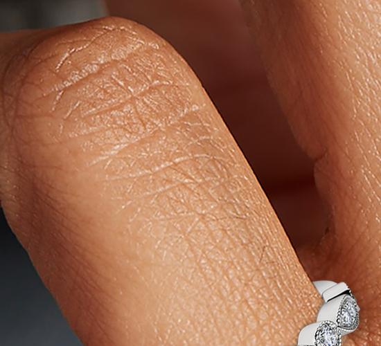 Anillo de compromiso de pequeños diamantes y talla marquesa milgrain en platino (1/5 qt. total)