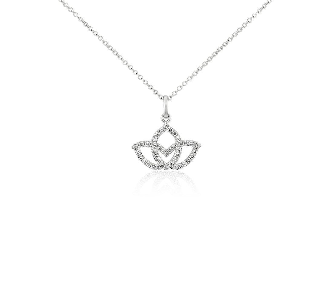 Colgante de pavé de diamantes en forma de flor de loto pequeña en oro blanco de 14k (1/10 qt. total)
