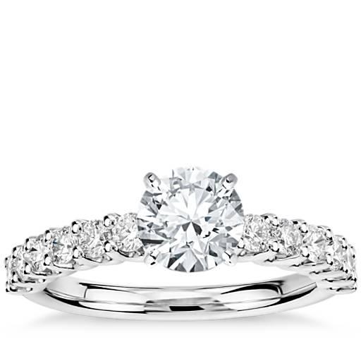 Anillo de compromiso de diamantes pequeño Luna en platino (1/3 qt. total)