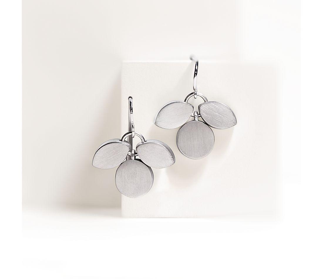 Aretes colgantes en forma de pétalo de Bree Richey en plata de ley