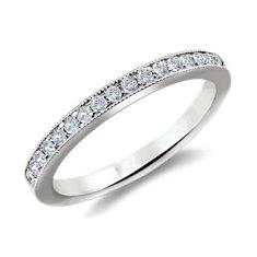 Anillo con diseño milgrain con pequeño pavé de diamantes en oro blanco de 14k