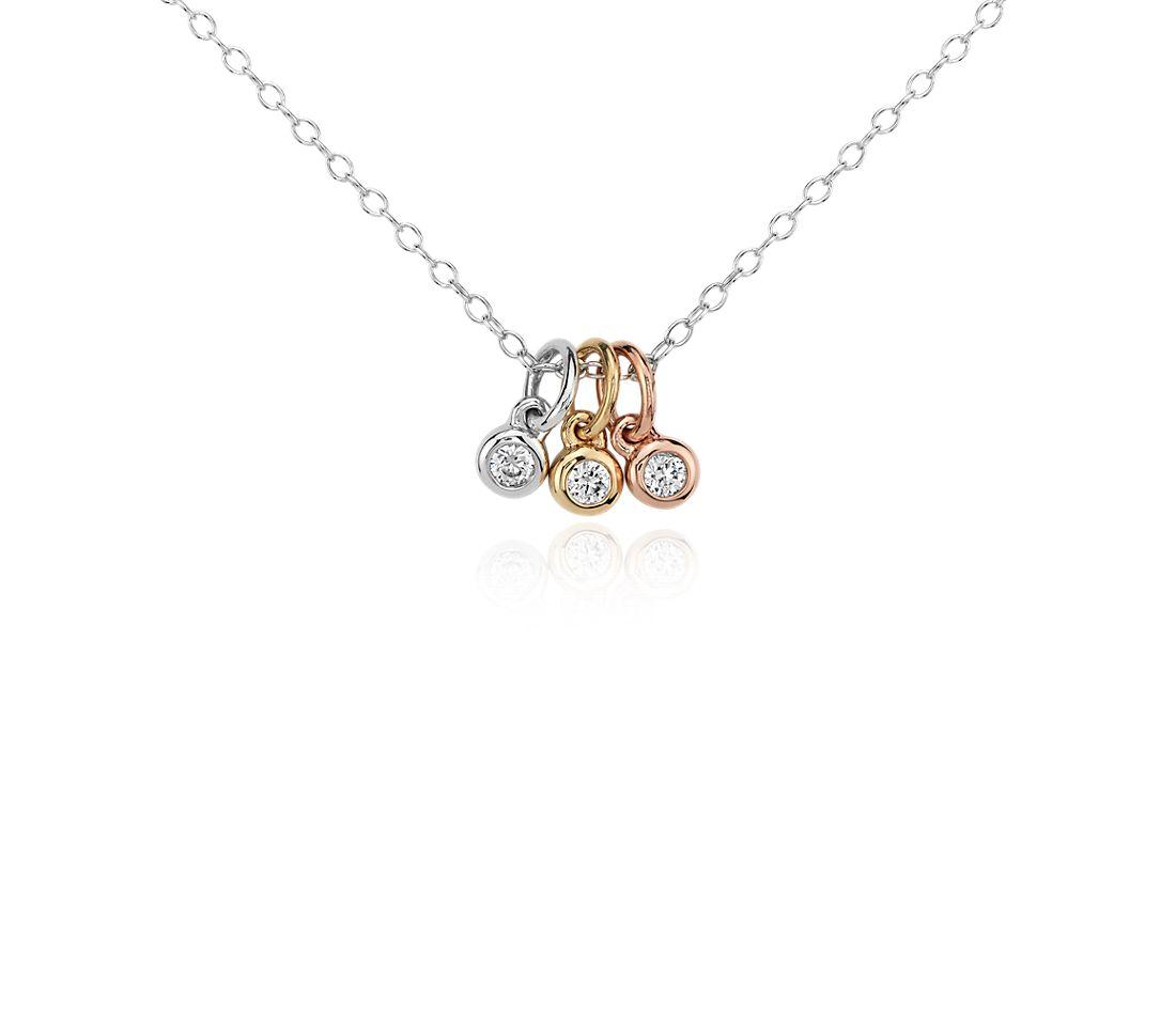 Colgante pequeño de bisel con trío de diamantes en oro tricolor de 14k (1/10 qt. total)
