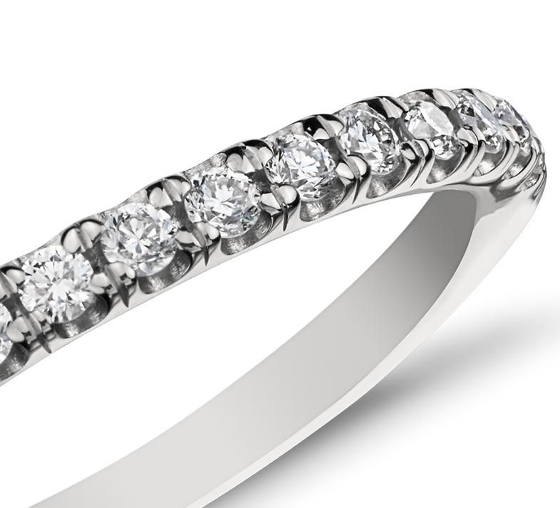 Anillo con pavé francés de diamantes de Monique Lhuillier en platino (1/7 qt. total)