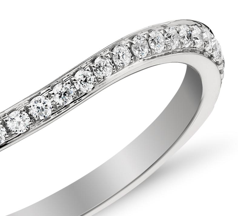 Anillo de pavé de diamantes curvo de Monique Lhuillier en platino (1/8 qt. total)