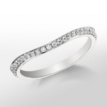 Anillo con pavé de diamantes de Monique Lhuillier
