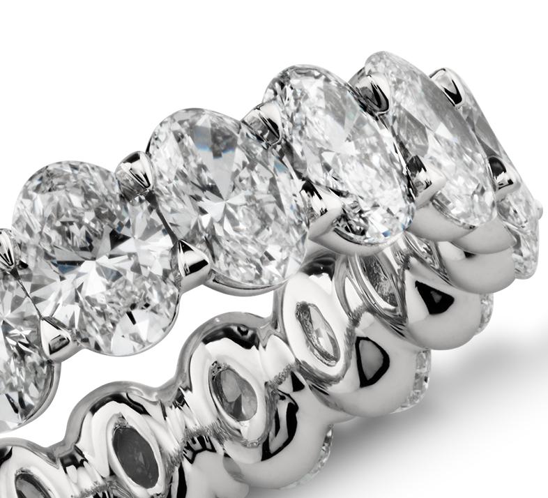Anillo de eternidad con diamantes ovalados en platino (4,50 qt. total)