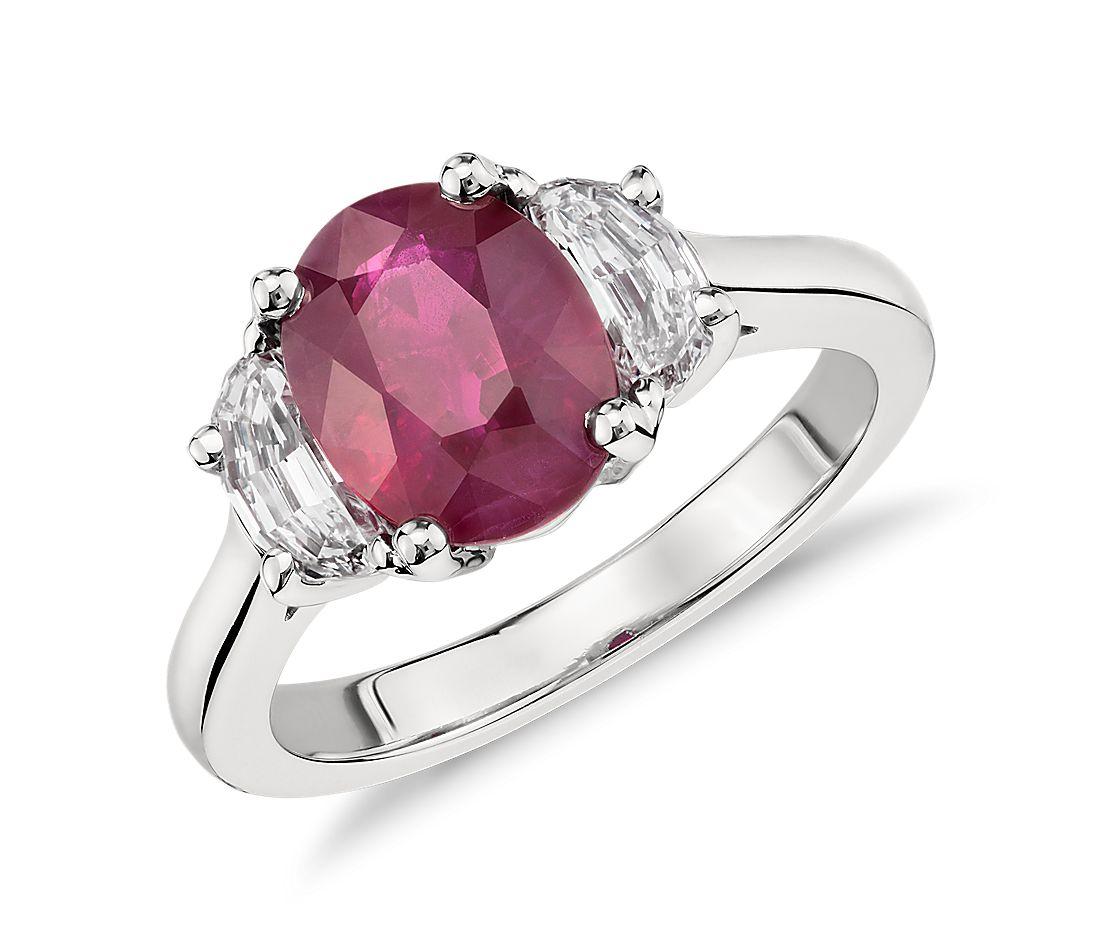 Bague à trois pierres diamant demi-lune et rubis ovale en platine (3,04 ct au centre)