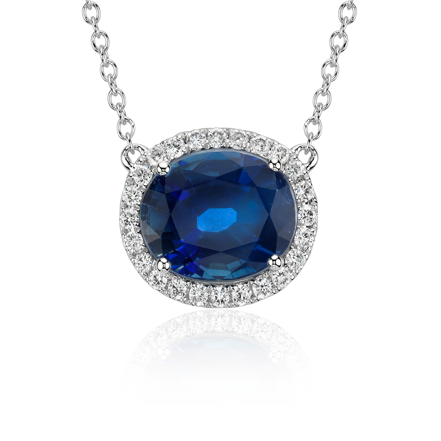 Colgante de diamantes y zafiro ovalado con halo montado al aire en oro blanco de 18 k (10x8mm)