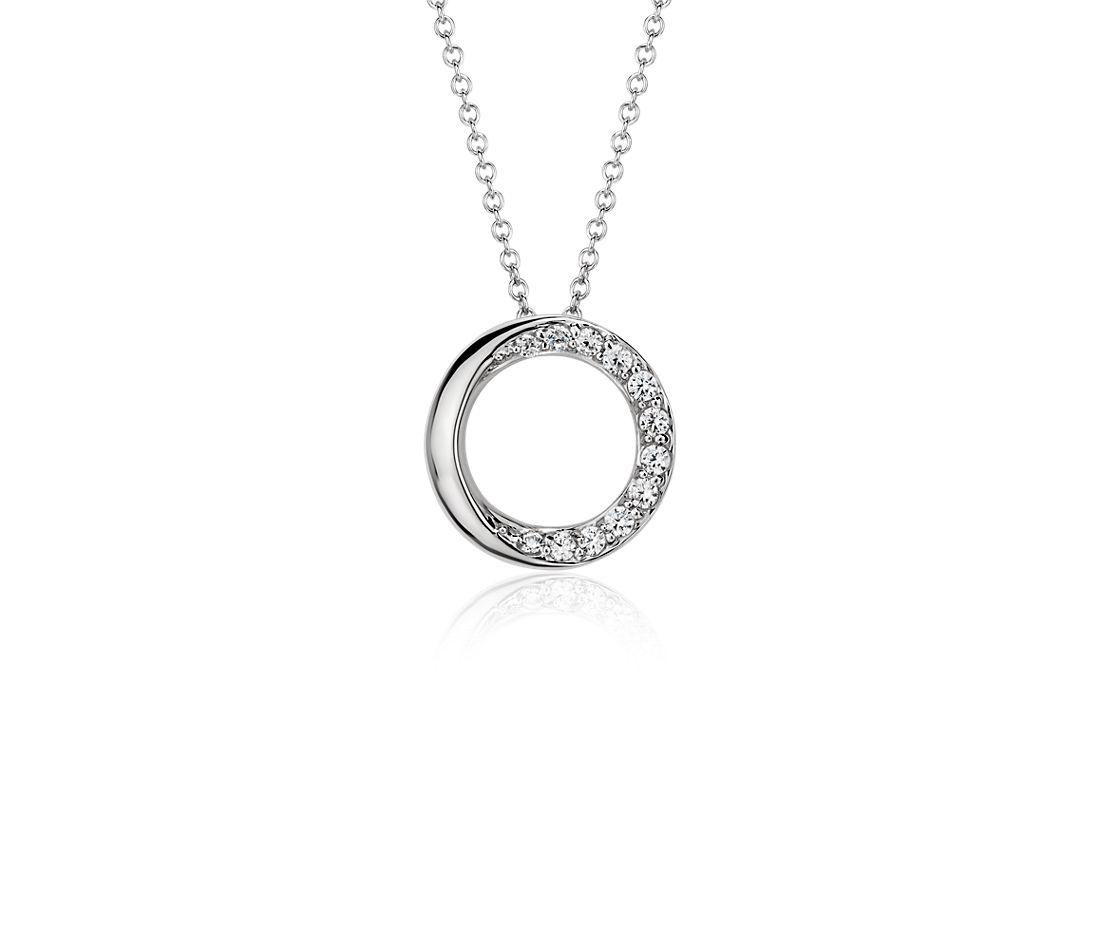Colgante con círculo de diamantes superpuestos en oro blanco de 14 k