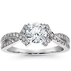 Anillo de compromiso de diamantes de halo festoneado en oro blanco de 18 k