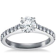 Anillo de compromiso estilo pavé de diamantes con montura tipo catedral en platino (1/2 qt. total)