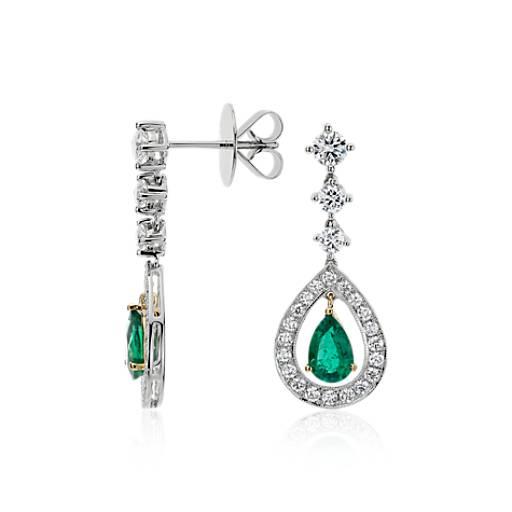 Aretes con esmeralda en forma de pera y pavé de diamantes de halo en oro blanco de 18k (7x5mm)
