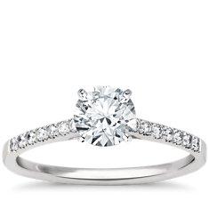 Anillo de compromiso estilo pavé de diamantes con pequeña montura tipo catedral en platino (1/6 qt. total)