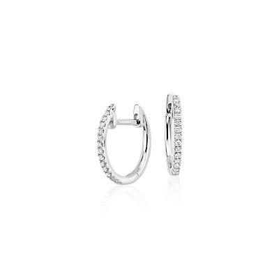 Aretes pequeños tipo argolla con diamantes en oro blanco de 14 k (1/10 qt. total)