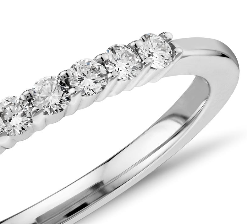 Anillo pequeño de diamantes en oro blanco de 14k (1/5 qt. total)
