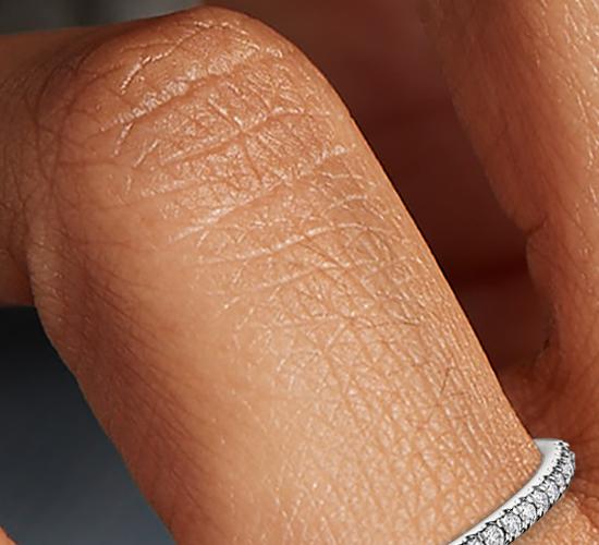 Petite bague de fiançailles diamant serti micro-pavé en or blanc 14carats (1/10carat, poids total)