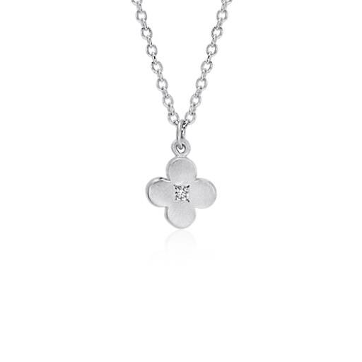 Pequeño colgante en forma de flor con zafiro blanco satinado en plata de ley