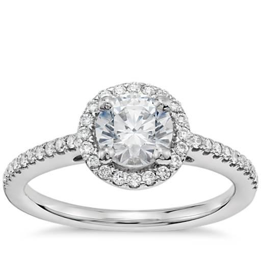 Anillo de compromiso preseleccionado de diamantes de halo clásico de 3/4 quilates en oro blanco de 14 k