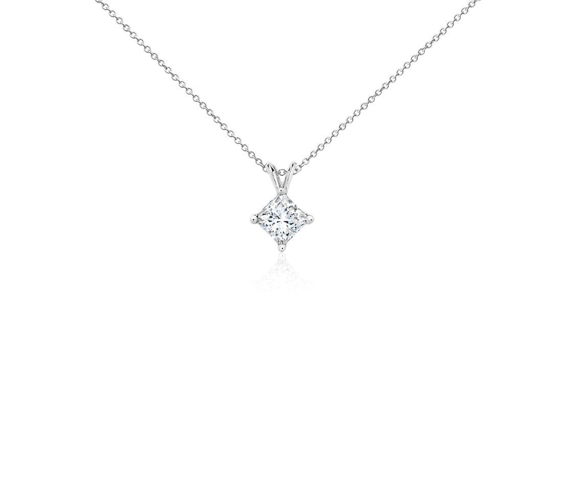 Colgante con diamante solitario de talla princesa en oro blanco de 18k (2 qt. total)