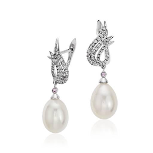 Aretes de diamante y perlas cultivadas de agua dulce con diseño de llama Monique Lhuillier en oro blanco de 18k