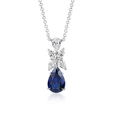 Colgante en forma de gota con pavé de diamantes de talla marquesa y zafiro en forma de pera en oro blanco de 18k (piedra central de 5,01qt)