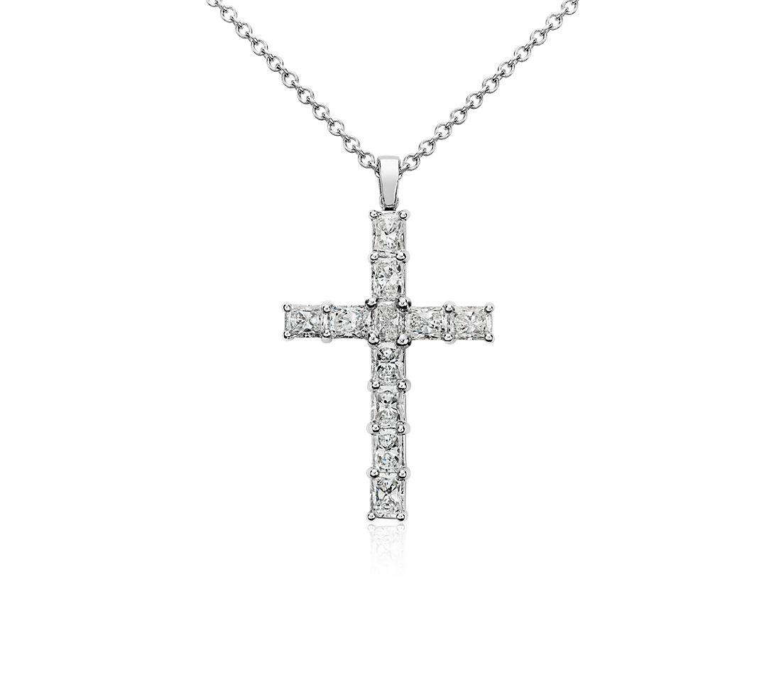 Colgante de cruz con diamantes y talla esmeralda en oro blanco de 18 k (2 qt. total)