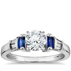 Anillo de compromiso de diamantes y zafiros de talla baguette de Robert Leser en oro blanco de 18k