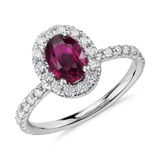 Anillo de diamantes y rubí ovalado en oro blanco de 18k (7x5mm)