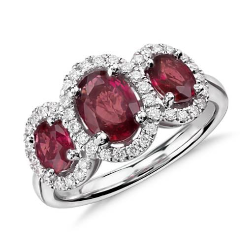 Anillo de tres piedras con diamantes y rubíes ovalados en oro blanco de 18 k (7x5mm)