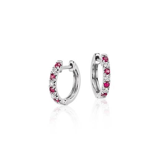 Aretes tipo argolla con rubí pequeño y pavé de diamantes en oro blanco de 14k (1.9mm)