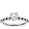Bague de fiançailles diamant et saphir de petite taille monture cathédrale sertis micro-pavé en or blanc 14carats
