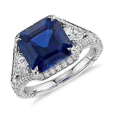 NUEVO. Anillo de diamantes y zafiros de talla esmeralda, en oro blanco de 18k (piedra central de 5,10qt total)