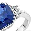 Anillo de tres piedras con zafiro y halo de diamantes en oro blanco de 18k (5.52 qt.) (9x7 mm)