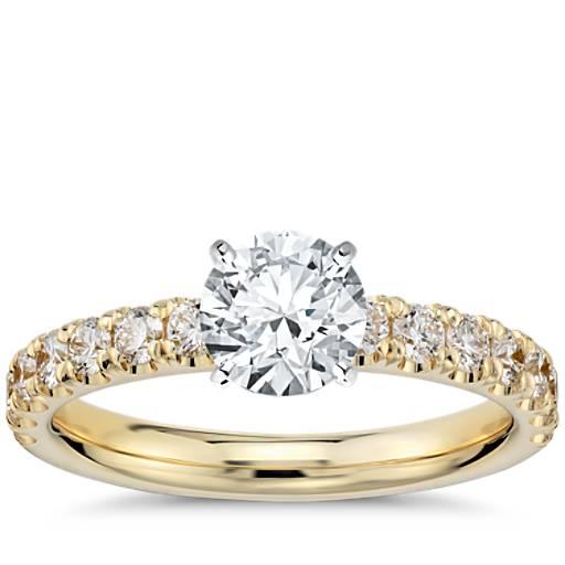 Anillo de compromiso de diamantes de halo festoneado en oro amarillo de 18k