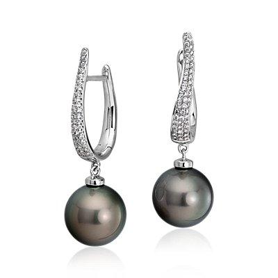 Aretes colgantes de diamantes y perlas cultivadas de Tahití en oro blanco de 18k (12,5-13 mm)