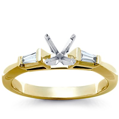 Anillo de compromiso de diamantes cónicos de talla baguette en platino (1/6 qt. total)