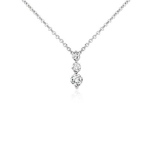 Colgante con tres diamantes en oro blanco de 14k (1/3 qt. total)
