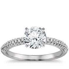 Anillo de compromiso estilo triple micropavé de diamantes en platino (1/3 qt. total)