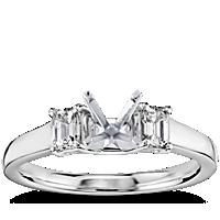 Anillo de compromiso de tres piedras con diamante de talla esmeralda Truly de Zac Posen en platino