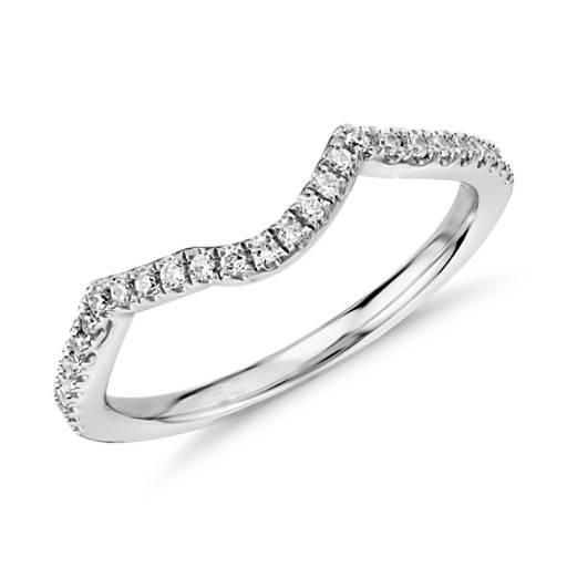 Anillo de diamante con diseño torcido en oro blanco de 14 k (1/6 qt. total)