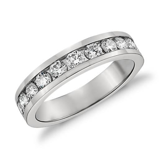 Anillo de diamantes con montura de canal en platino (3/4 qt. total)