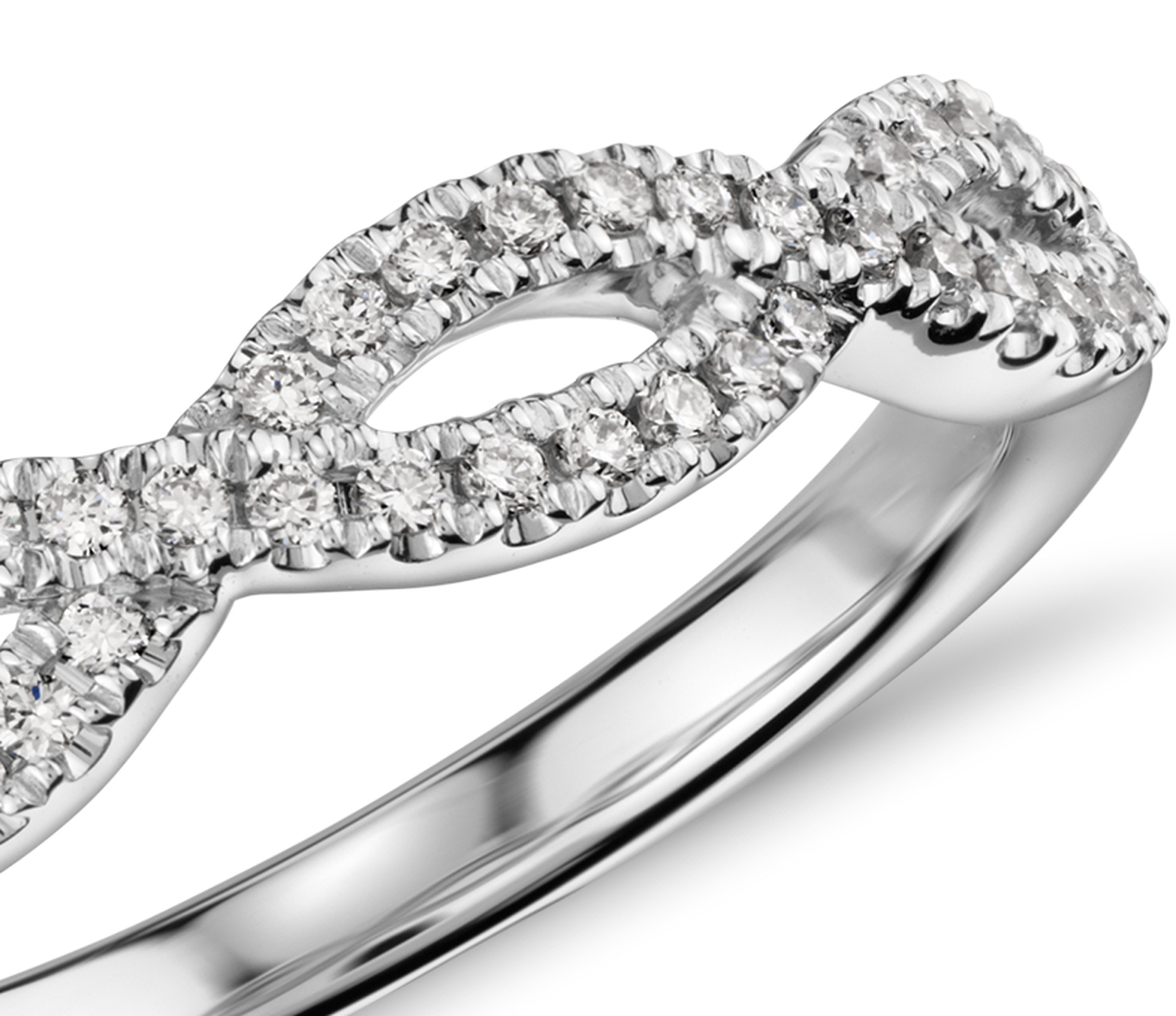 Alianza infinita torcida con micropavé de diamantes en oro blanco de 14 k (1/5 qt. total)
